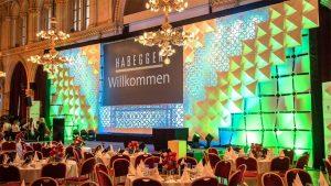 Atomic Panels als Bühnenhintergrund im Wiener Rathaus, Foto: Habegger