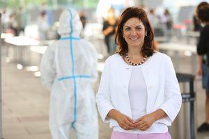 Austria Center Vienna Direktorin Dr. Susanne Baumann-Söllner vor der Covid-Teststraße, Foto: IAKW-AG, Ludwig Schedl